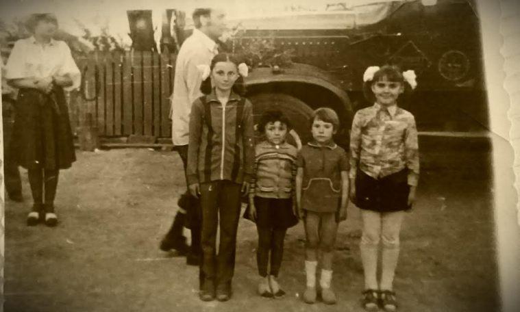 cu verisoarele Doina, Adela si Mariana in 1980