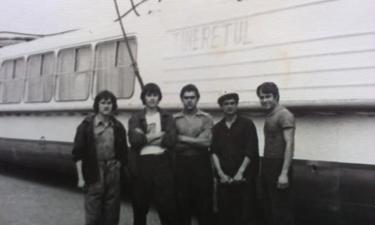 maistru la Santierul Naval Tulcea, 1982 (in dreapta, cu casca de protectie)