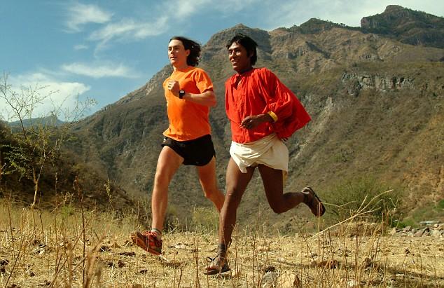 Scott, alaturi de un alergator Tarahumara