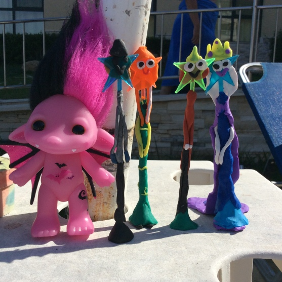 Creativitate sub soarele bulgaresc. Personajele din Frozen, in varianta Eva& Gia (de la stanga la dreapta