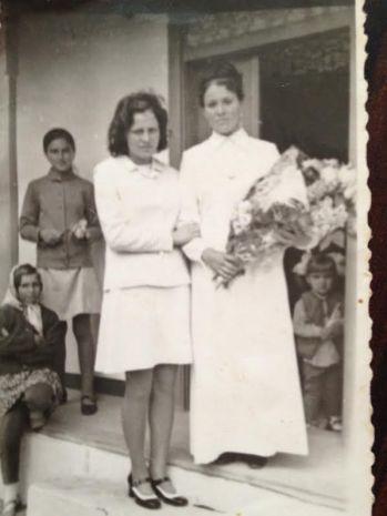 Mama mireasca, pe prispa casei, in asteptarea alaiului de nunta