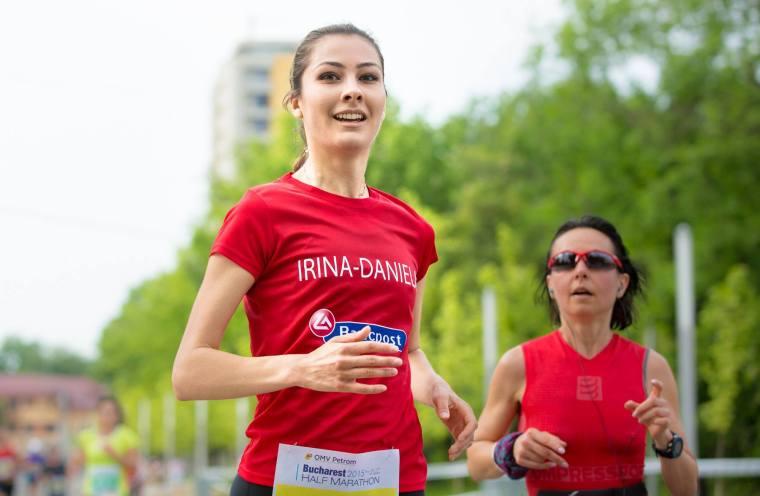 Irina si Despina: le leaga aceeasi pasiune si bucrie de a alerga. Si asta se vede pe chipul lor, in postura corpului si in rezultatele de exceptie (Semimarathon Bucuresti, mai 2015. Foto: Bogdan Buda)