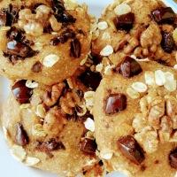 Biscuiti aurii din faina integrala, cu banane, nuci si ciocolata